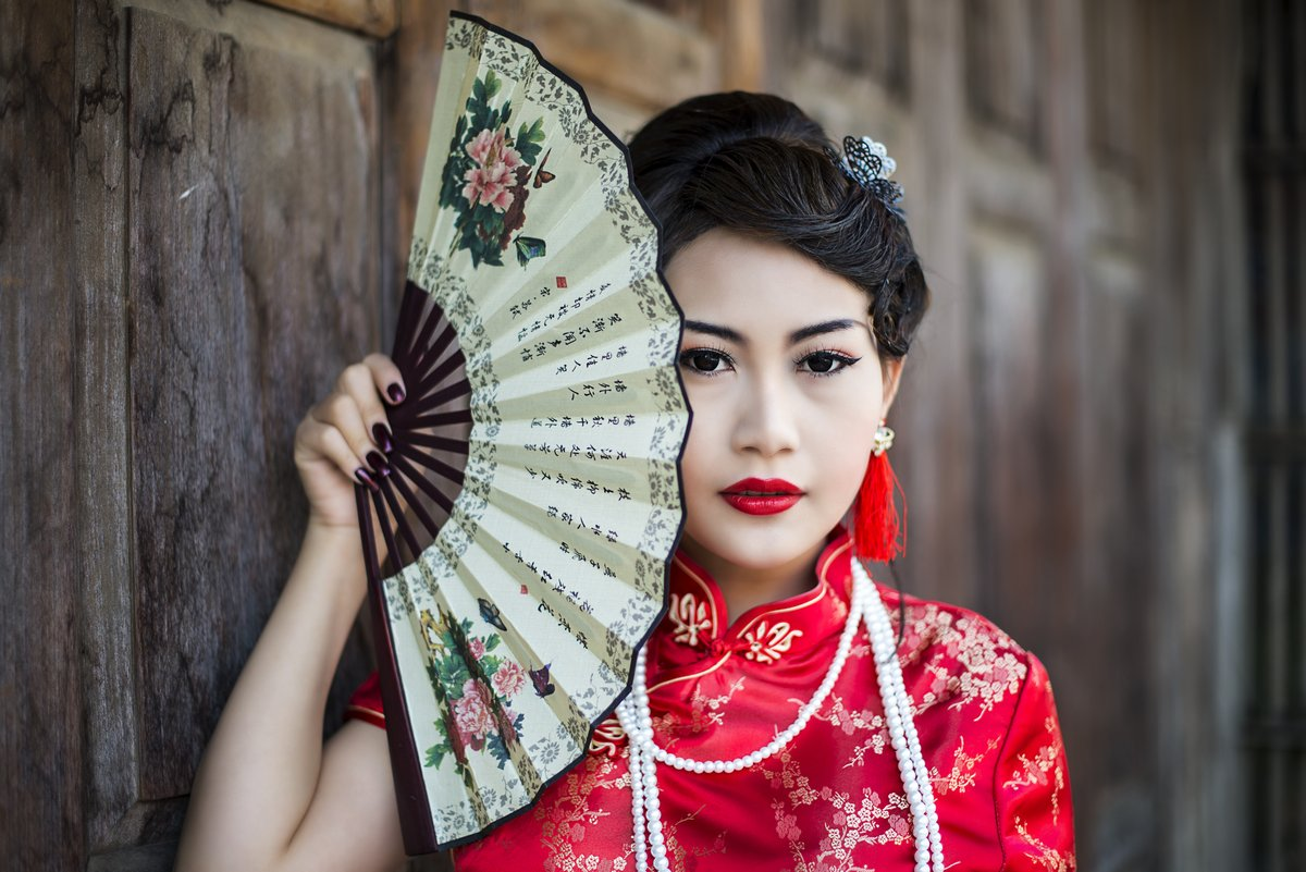 Постер Китай Китайская девушка в традиционной китайской cheongsam благословениеКитай<br>Постер на холсте или бумаге. Любого нужного вам размера. В раме или без. Подвес в комплекте. Трехслойная надежная упаковка. Доставим в любую точку России. Вам осталось только повесить картину на стену!<br>