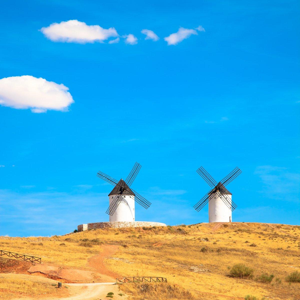 Постер Испания Ветряные мельницы, сельского зеленого поля и голубое небо. Consuegra, ИспанияИспания<br>Постер на холсте или бумаге. Любого нужного вам размера. В раме или без. Подвес в комплекте. Трехслойная надежная упаковка. Доставим в любую точку России. Вам осталось только повесить картину на стену!<br>
