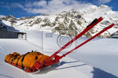 Постер Альпийский пейзаж Спасательные чрезвычайных сани на горыАльпийский пейзаж<br>Постер на холсте или бумаге. Любого нужного вам размера. В раме или без. Подвес в комплекте. Трехслойная надежная упаковка. Доставим в любую точку России. Вам осталось только повесить картину на стену!<br>