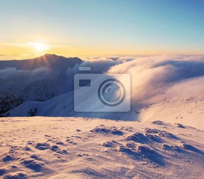 Постер Альпийский пейзаж Зимний горный пейзаж с солнцем - СловакияАльпийский пейзаж<br>Постер на холсте или бумаге. Любого нужного вам размера. В раме или без. Подвес в комплекте. Трехслойная надежная упаковка. Доставим в любую точку России. Вам осталось только повесить картину на стену!<br>