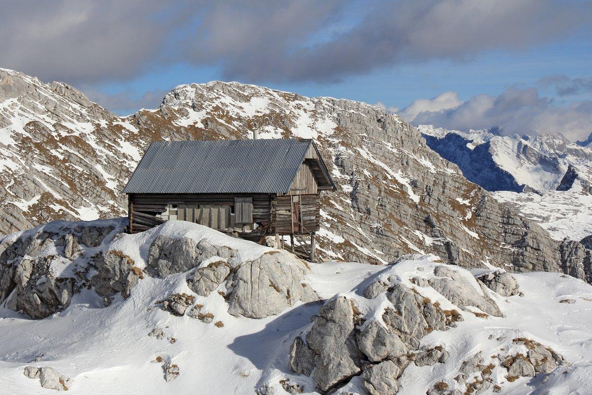 Постер Альпийский пейзаж Хижина в горахАльпийский пейзаж<br>Постер на холсте или бумаге. Любого нужного вам размера. В раме или без. Подвес в комплекте. Трехслойная надежная упаковка. Доставим в любую точку России. Вам осталось только повесить картину на стену!<br>