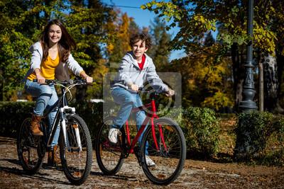 Постер Велосипедисты Городской велосипед - подростки, ездят на велосипедах в городВелосипедисты<br>Постер на холсте или бумаге. Любого нужного вам размера. В раме или без. Подвес в комплекте. Трехслойная надежная упаковка. Доставим в любую точку России. Вам осталось только повесить картину на стену!<br>