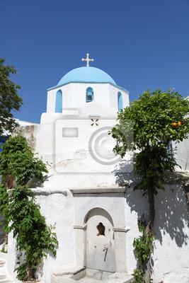 Постер Греция Церковь и апельсиновое дерево на острове ПаросГреция<br>Постер на холсте или бумаге. Любого нужного вам размера. В раме или без. Подвес в комплекте. Трехслойная надежная упаковка. Доставим в любую точку России. Вам осталось только повесить картину на стену!<br>