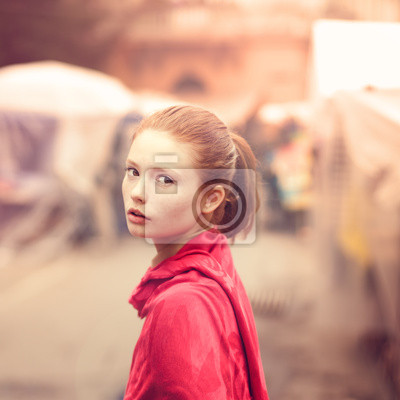 Постер Деятельность Ретро портрет красивой девушки на улице города, 20x20 см, на бумагеГламур<br>Постер на холсте или бумаге. Любого нужного вам размера. В раме или без. Подвес в комплекте. Трехслойная надежная упаковка. Доставим в любую точку России. Вам осталось только повесить картину на стену!<br>