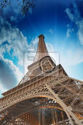 Постер Франция Замечательные цвета неба выше Эйфелевой Башни. La Tour Eiffel в ПарижеФранция<br>Постер на холсте или бумаге. Любого нужного вам размера. В раме или без. Подвес в комплекте. Трехслойная надежная упаковка. Доставим в любую точку России. Вам осталось только повесить картину на стену!<br>