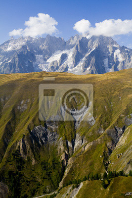 Постер Альпийский пейзаж Панорама на monte biancoАльпийский пейзаж<br>Постер на холсте или бумаге. Любого нужного вам размера. В раме или без. Подвес в комплекте. Трехслойная надежная упаковка. Доставим в любую точку России. Вам осталось только повесить картину на стену!<br>