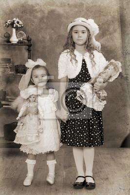 Постер Две маленькие девочки старинная фотографияДети<br>Постер на холсте или бумаге. Любого нужного вам размера. В раме или без. Подвес в комплекте. Трехслойная надежная упаковка. Доставим в любую точку России. Вам осталось только повесить картину на стену!<br>