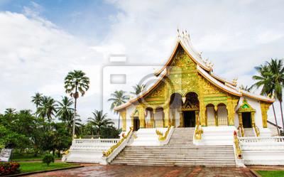 Постер Лаос Храм в Luang Prabang Королевский дворец-музей, ЛаосЛаос<br>Постер на холсте или бумаге. Любого нужного вам размера. В раме или без. Подвес в комплекте. Трехслойная надежная упаковка. Доставим в любую точку России. Вам осталось только повесить картину на стену!<br>