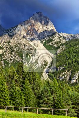 Постер Альпийский пейзаж Пика в Доломитовые ГорыАльпийский пейзаж<br>Постер на холсте или бумаге. Любого нужного вам размера. В раме или без. Подвес в комплекте. Трехслойная надежная упаковка. Доставим в любую точку России. Вам осталось только повесить картину на стену!<br>