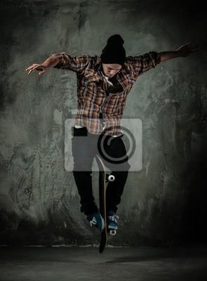Постер Скейтбординг Молодой человек в шляпе и рубашке выполнение трюков на скейтеСкейтбординг<br>Постер на холсте или бумаге. Любого нужного вам размера. В раме или без. Подвес в комплекте. Трехслойная надежная упаковка. Доставим в любую точку России. Вам осталось только повесить картину на стену!<br>