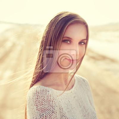 Постер Деятельность Портрет красивая улыбающаяся девушка в Солнечный день, 20x20 см, на бумагеГламур<br>Постер на холсте или бумаге. Любого нужного вам размера. В раме или без. Подвес в комплекте. Трехслойная надежная упаковка. Доставим в любую точку России. Вам осталось только повесить картину на стену!<br>