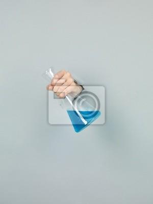 Постер Деятельность Крупным планом femal руки, держащие химии флакон с голубой liqui, 20x27 см, на бумагеНаука<br>Постер на холсте или бумаге. Любого нужного вам размера. В раме или без. Подвес в комплекте. Трехслойная надежная упаковка. Доставим в любую точку России. Вам осталось только повесить картину на стену!<br>