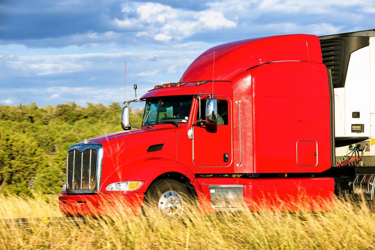 Постер Страны Красный грузовик, 30x20 см, на бумагеСША<br>Постер на холсте или бумаге. Любого нужного вам размера. В раме или без. Подвес в комплекте. Трехслойная надежная упаковка. Доставим в любую точку России. Вам осталось только повесить картину на стену!<br>