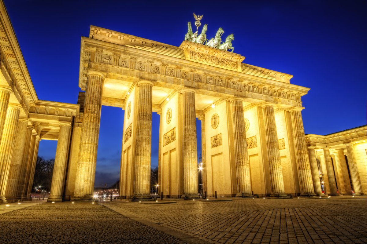 Постер Германия Brandenburger Tor, БерлинГермания<br>Постер на холсте или бумаге. Любого нужного вам размера. В раме или без. Подвес в комплекте. Трехслойная надежная упаковка. Доставим в любую точку России. Вам осталось только повесить картину на стену!<br>