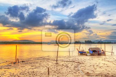 Постер Таиланд Восход солнца в гавани острове Kho Khao острова, ТаиландТаиланд<br>Постер на холсте или бумаге. Любого нужного вам размера. В раме или без. Подвес в комплекте. Трехслойная надежная упаковка. Доставим в любую точку России. Вам осталось только повесить картину на стену!<br>