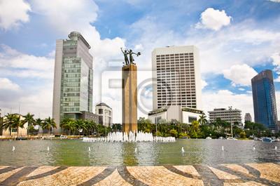 Постер Индонезия - Это Datang Памятник и фонтан, Джакарта, Индонезия.Индонезия<br>Постер на холсте или бумаге. Любого нужного вам размера. В раме или без. Подвес в комплекте. Трехслойная надежная упаковка. Доставим в любую точку России. Вам осталось только повесить картину на стену!<br>