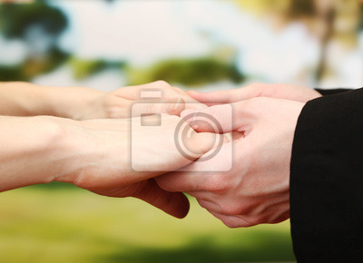 Священник держал женщину за руки, на зеленом фоне, 28x20 см, на бумаге03.02 Прощеное воскресенье<br>Постер на холсте или бумаге. Любого нужного вам размера. В раме или без. Подвес в комплекте. Трехслойная надежная упаковка. Доставим в любую точку России. Вам осталось только повесить картину на стену!<br>