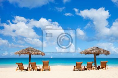 Постер Пейзаж морской Лежаки и зонтики на тропическом пляжеПейзаж морской<br>Постер на холсте или бумаге. Любого нужного вам размера. В раме или без. Подвес в комплекте. Трехслойная надежная упаковка. Доставим в любую точку России. Вам осталось только повесить картину на стену!<br>
