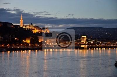 Постер Венгрия Будапешт замок и мост ночьюВенгрия<br>Постер на холсте или бумаге. Любого нужного вам размера. В раме или без. Подвес в комплекте. Трехслойная надежная упаковка. Доставим в любую точку России. Вам осталось только повесить картину на стену!<br>