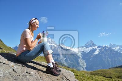 Постер Альпинизм Девушка, держа кувшин молока и цветы от швейцарских АльпахАльпинизм<br>Постер на холсте или бумаге. Любого нужного вам размера. В раме или без. Подвес в комплекте. Трехслойная надежная упаковка. Доставим в любую точку России. Вам осталось только повесить картину на стену!<br>
