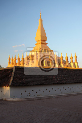 Постер Лаос Pha, Луанг-большой золотой буддийская ступа в Вьентьян, ЛаосЛаос<br>Постер на холсте или бумаге. Любого нужного вам размера. В раме или без. Подвес в комплекте. Трехслойная надежная упаковка. Доставим в любую точку России. Вам осталось только повесить картину на стену!<br>