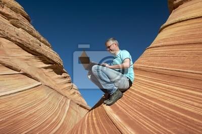 Постер Пейзаж песчаный Деловой человек в каньонПейзаж песчаный<br>Постер на холсте или бумаге. Любого нужного вам размера. В раме или без. Подвес в комплекте. Трехслойная надежная упаковка. Доставим в любую точку России. Вам осталось только повесить картину на стену!<br>