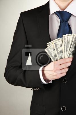 Постер Деятельность Деловой человек, пряча деньги в карман на сером фоне, 20x30 см, на бумагеДеньги и финансы<br>Постер на холсте или бумаге. Любого нужного вам размера. В раме или без. Подвес в комплекте. Трехслойная надежная упаковка. Доставим в любую точку России. Вам осталось только повесить картину на стену!<br>