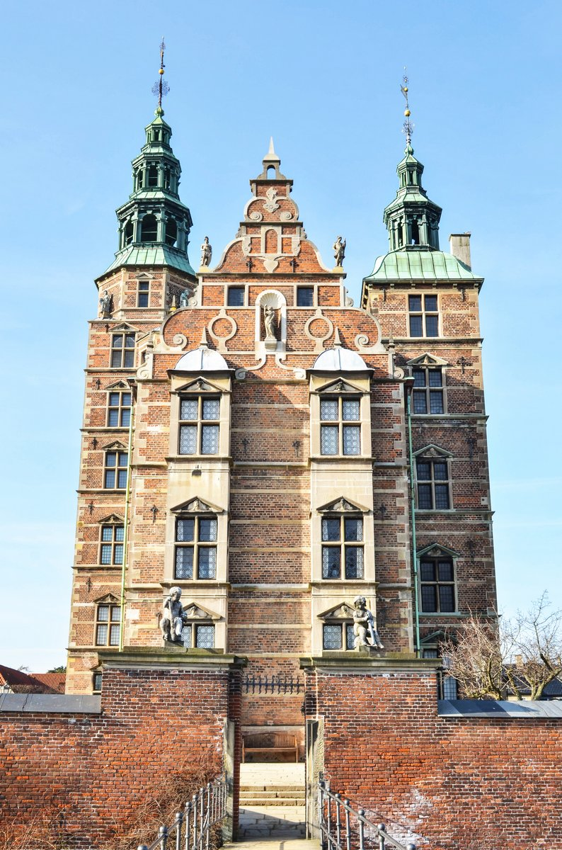 Постер Дания Замок Розенборг в Копенгагене, ДанияДания<br>Постер на холсте или бумаге. Любого нужного вам размера. В раме или без. Подвес в комплекте. Трехслойная надежная упаковка. Доставим в любую точку России. Вам осталось только повесить картину на стену!<br>