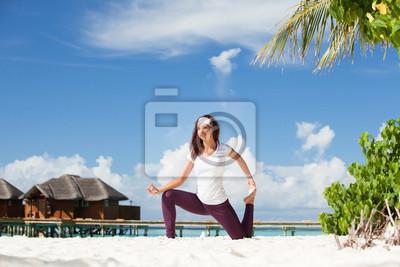 Постер Йога - Хорошенькая женщина, йоговских упражнений на пляжеЙога<br>Постер на холсте или бумаге. Любого нужного вам размера. В раме или без. Подвес в комплекте. Трехслойная надежная упаковка. Доставим в любую точку России. Вам осталось только повесить картину на стену!<br>