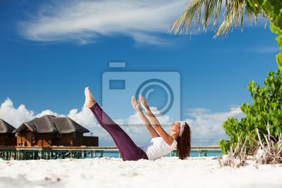 Постер Спорт - Хорошенькая женщина, йоговских упражнений на пляже, 30x20 см, на бумагеЙога<br>Постер на холсте или бумаге. Любого нужного вам размера. В раме или без. Подвес в комплекте. Трехслойная надежная упаковка. Доставим в любую точку России. Вам осталось только повесить картину на стену!<br>