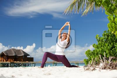 Постер Йога - Хорошенькая женщина, йоговских упражнений на тропическом пляжеЙога<br>Постер на холсте или бумаге. Любого нужного вам размера. В раме или без. Подвес в комплекте. Трехслойная надежная упаковка. Доставим в любую точку России. Вам осталось только повесить картину на стену!<br>