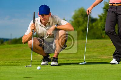 Молодая спортивная пара играть в гольф на курс, 30x20 см, на бумагеГольф<br>Постер на холсте или бумаге. Любого нужного вам размера. В раме или без. Подвес в комплекте. Трехслойная надежная упаковка. Доставим в любую точку России. Вам осталось только повесить картину на стену!<br>