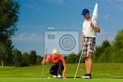 Постер Гольф Молодая спортивная пара играть в гольф на курсГольф<br>Постер на холсте или бумаге. Любого нужного вам размера. В раме или без. Подвес в комплекте. Трехслойная надежная упаковка. Доставим в любую точку России. Вам осталось только повесить картину на стену!<br>