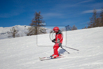 Постер Горные лыжи Ребенок на лыжах в Солнечный деньГорные лыжи<br>Постер на холсте или бумаге. Любого нужного вам размера. В раме или без. Подвес в комплекте. Трехслойная надежная упаковка. Доставим в любую точку России. Вам осталось только повесить картину на стену!<br>