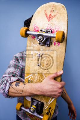 Постер Скейтбординг Фигурист, прячась за его скейтеСкейтбординг<br>Постер на холсте или бумаге. Любого нужного вам размера. В раме или без. Подвес в комплекте. Трехслойная надежная упаковка. Доставим в любую точку России. Вам осталось только повесить картину на стену!<br>