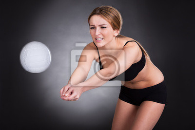 Постер Волейбол Молодая Женщина Играть В ВолейболВолейбол<br>Постер на холсте или бумаге. Любого нужного вам размера. В раме или без. Подвес в комплекте. Трехслойная надежная упаковка. Доставим в любую точку России. Вам осталось только повесить картину на стену!<br>