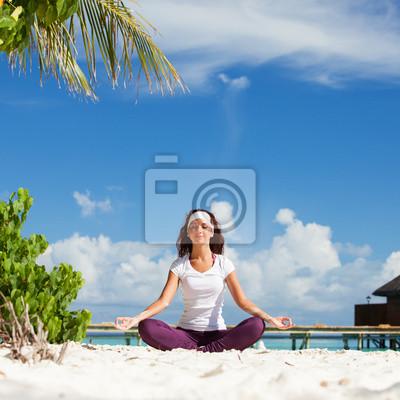 Постер Спорт - Хорошенькая женщина, йоговских упражнений на тропическом пляже, 20x20 см, на бумагеЙога<br>Постер на холсте или бумаге. Любого нужного вам размера. В раме или без. Подвес в комплекте. Трехслойная надежная упаковка. Доставим в любую точку России. Вам осталось только повесить картину на стену!<br>