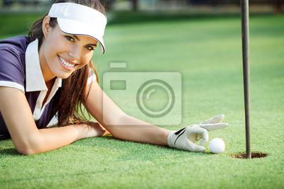Постер Спорт Счастлива женщина, гольф, подталкивая мяч для гольфа в лунку, 30x20 см, на бумагеГольф<br>Постер на холсте или бумаге. Любого нужного вам размера. В раме или без. Подвес в комплекте. Трехслойная надежная упаковка. Доставим в любую точку России. Вам осталось только повесить картину на стену!<br>