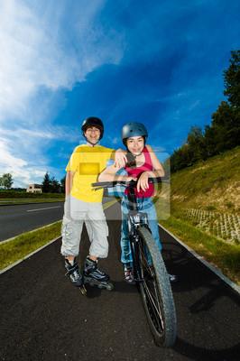 Постер Спорт Активные молодые люди - на роликовых коньках, Велоспорт, 20x30 см, на бумагеВелосипедисты<br>Постер на холсте или бумаге. Любого нужного вам размера. В раме или без. Подвес в комплекте. Трехслойная надежная упаковка. Доставим в любую точку России. Вам осталось только повесить картину на стену!<br>