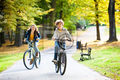 Постер Велосипедисты Городской велосипед - подростки, ездят на велосипедах в городском паркеВелосипедисты<br>Постер на холсте или бумаге. Любого нужного вам размера. В раме или без. Подвес в комплекте. Трехслойная надежная упаковка. Доставим в любую точку России. Вам осталось только повесить картину на стену!<br>