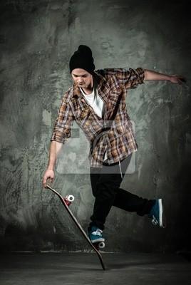 Постер Спорт Молодой человек в шляпе и рубашке выполнение трюков на скейте, 20x30 см, на бумагеСкейтбординг<br>Постер на холсте или бумаге. Любого нужного вам размера. В раме или без. Подвес в комплекте. Трехслойная надежная упаковка. Доставим в любую точку России. Вам осталось только повесить картину на стену!<br>