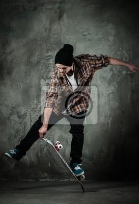Молодой человек в шляпе и рубашке выполнение трюков на скейте, 20x29 см, на бумагеСкейтбординг<br>Постер на холсте или бумаге. Любого нужного вам размера. В раме или без. Подвес в комплекте. Трехслойная надежная упаковка. Доставим в любую точку России. Вам осталось только повесить картину на стену!<br>