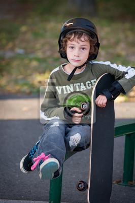 Постер Скейтбординг Молодой мальчик в безопасности оборудования, обучение на скейтбордеСкейтбординг<br>Постер на холсте или бумаге. Любого нужного вам размера. В раме или без. Подвес в комплекте. Трехслойная надежная упаковка. Доставим в любую точку России. Вам осталось только повесить картину на стену!<br>