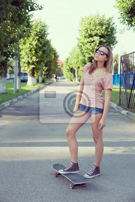 Постер Скейтбординг Женщина с скейтеСкейтбординг<br>Постер на холсте или бумаге. Любого нужного вам размера. В раме или без. Подвес в комплекте. Трехслойная надежная упаковка. Доставим в любую точку России. Вам осталось только повесить картину на стену!<br>