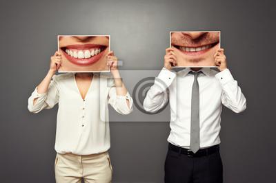 Постер Праздники Мужчина держит фотографии с большой улыбкой, 30x20 см, на бумаге04.01 День смеха (День дурака)<br>Постер на холсте или бумаге. Любого нужного вам размера. В раме или без. Подвес в комплекте. Трехслойная надежная упаковка. Доставим в любую точку России. Вам осталось только повесить картину на стену!<br>