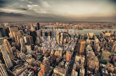 Постер Архитектура Манхэттен. Красивый вид с воздуха на Midtown из небоскребов, 30x20 см, на бумагеНебоскребы<br>Постер на холсте или бумаге. Любого нужного вам размера. В раме или без. Подвес в комплекте. Трехслойная надежная упаковка. Доставим в любую точку России. Вам осталось только повесить картину на стену!<br>