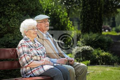 Пожилая пара сидит на скамейке в кладбище, 30x20 см, на бумаге10.01 Международный день пожилых людей<br>Постер на холсте или бумаге. Любого нужного вам размера. В раме или без. Подвес в комплекте. Трехслойная надежная упаковка. Доставим в любую точку России. Вам осталось только повесить картину на стену!<br>