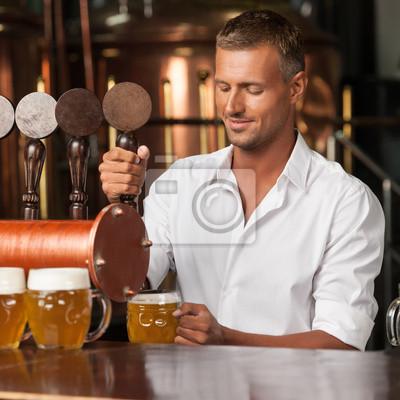 Где подают самое вкусное пиво в городе. Красавец-бармен в белой рубашке, 20x20 см, на бумаге02.06 Международный день бармена<br>Постер на холсте или бумаге. Любого нужного вам размера. В раме или без. Подвес в комплекте. Трехслойная надежная упаковка. Доставим в любую точку России. Вам осталось только повесить картину на стену!<br>