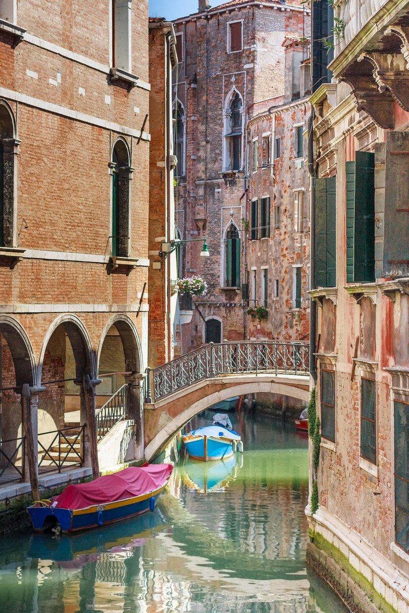 Постер Венеция Романтический канал мост в Венеции, ИталияВенеция<br>Постер на холсте или бумаге. Любого нужного вам размера. В раме или без. Подвес в комплекте. Трехслойная надежная упаковка. Доставим в любую точку России. Вам осталось только повесить картину на стену!<br>