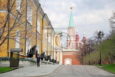 Офицер стоит возле кремлевской стены, 30x20 см, на бумаге09.02 День российской гвардии<br>Постер на холсте или бумаге. Любого нужного вам размера. В раме или без. Подвес в комплекте. Трехслойная надежная упаковка. Доставим в любую точку России. Вам осталось только повесить картину на стену!<br>